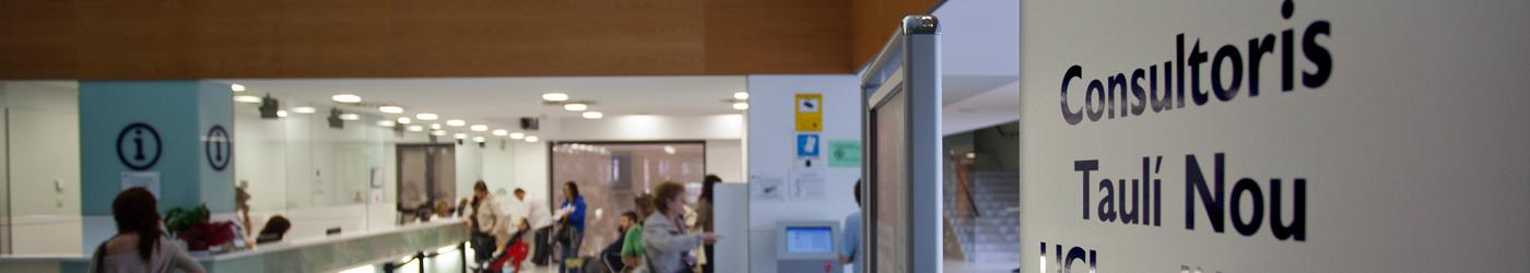 Imagen de la entrada del Taulí con un cartel indicativo de diferentes servicios