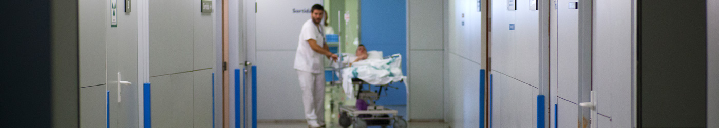 Image of a corridor of the Hospital de Sabadell where they are carrying a patient lying in his room