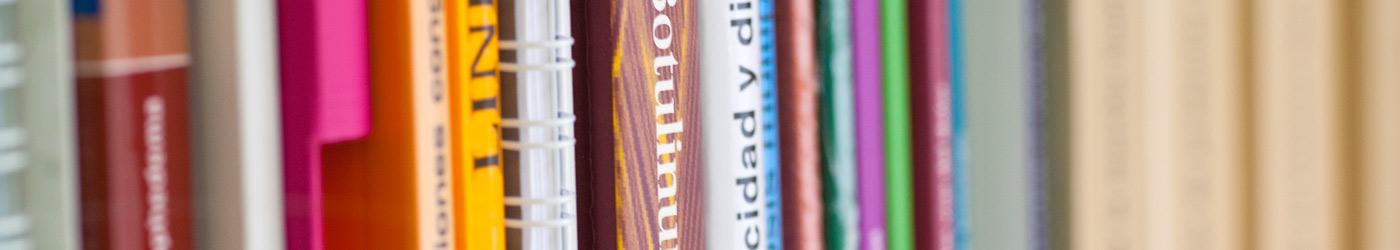 Imagen de libros alineados en anaqueles