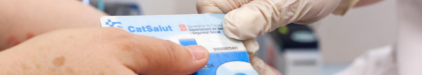 Paciente entregando su tarjeta sanitaria