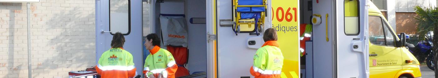 Imagen de una ambulancia con su personal sanitario trabajando